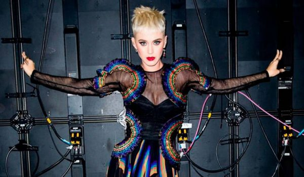 Katy Perry comparte el video de «Cozy Little Christmas»